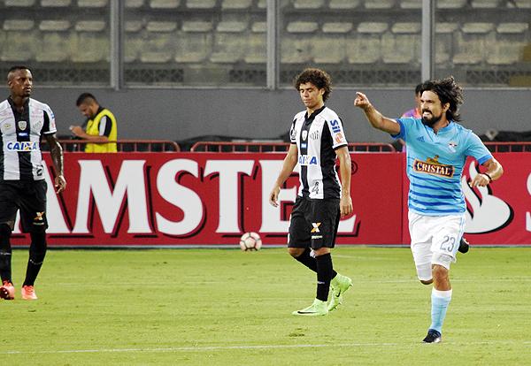 La celebración de Jorge Cazulo luego de anotar el tanto que le dio la ventaja a Cristal. (Foto: Raúl Chávarry / DeChalaca.com)