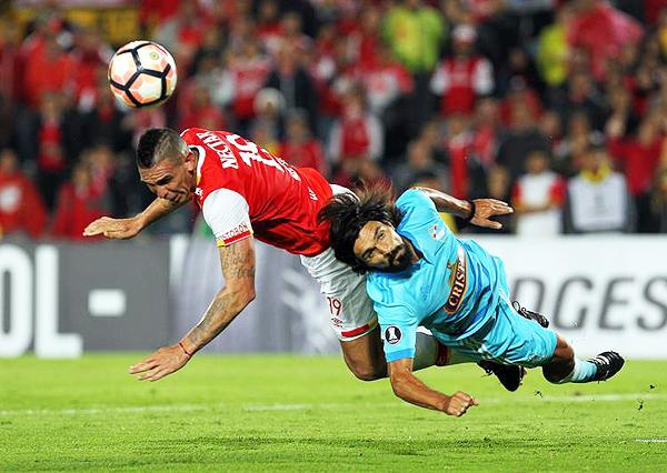 Cristal tropezó en su visita al Independiente Santa Fe y está complicado en su grupo copero (Foto: EFE)