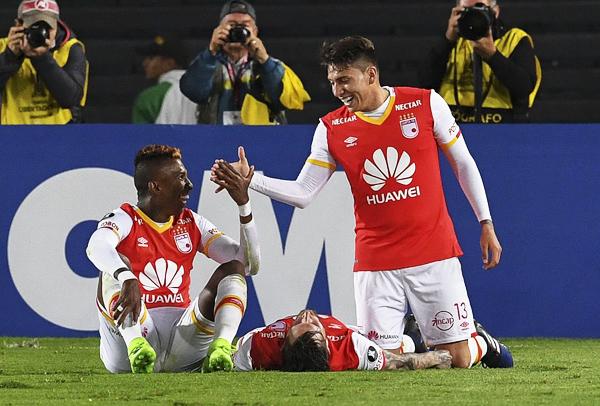 Independiente Santa Fe decretó la goleada ante Cristal sobre la hora (Foto: AFP)