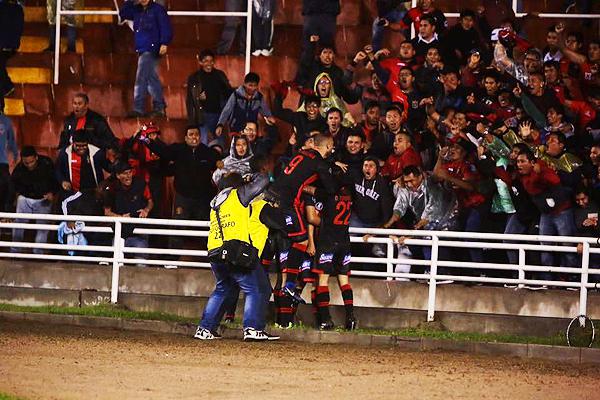 La celebración del gol de Melgar y la algarabía de la hinchada rojinegra. (Foto: Agencia Click)