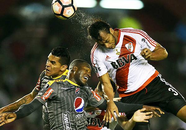 Arturo Mina se encargó de descontar. Sin embargo, River ya era líder del grupo, mientras que DIM se debe conformar con un lugar en la Sudamericana. (Foto: AFP)