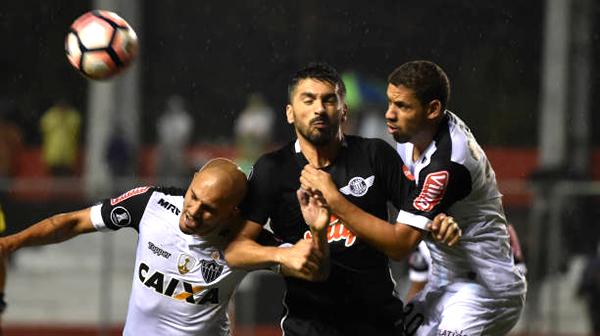 Ante un Atlético Mineiro muy apagado, Libertad sacó adelante el partido y así conseguir sus primeros tres puntos. (Foto: AFP)