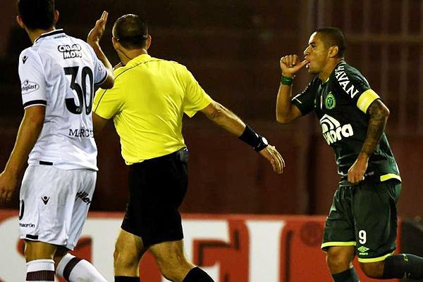 Chapecoense se cobró una especie de revancha ante Lanús. Sin embargo, su triunfo está en riesgo. (Foto: AFP)