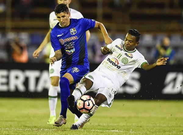 Los goles del Chapecoense cayeron por su propio peso en Venezuela. El vigente campeón de la Copa Sudamericana debutó en la Libertadores con buen pie. (Foto: EFE)