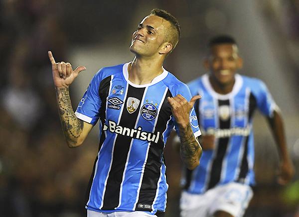 Luan volvió a divertirse. En la final marcó un golazo y sentenció la consagración de Gremio. (Foto: AFP)
