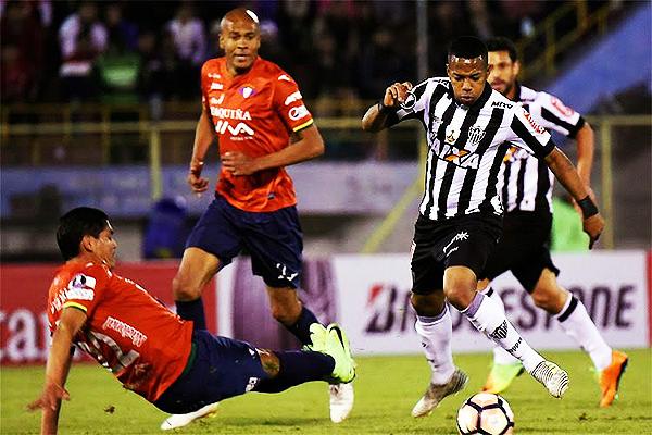 Robinho no tuvo un buen partido. Edward Zenteno y Alex Silva supieron controlar desde la zaga los ataques de Atlético Mineiro. (Foto: AFP)