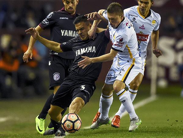 Velázquez se enfrenta a Chumacero por el costado. (Foto: AFP)