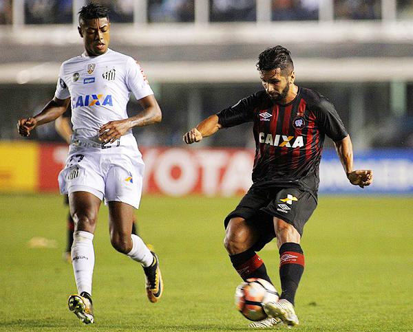 Bruno Henrique lucha el balón con Guilherme. (Foto: AFP)