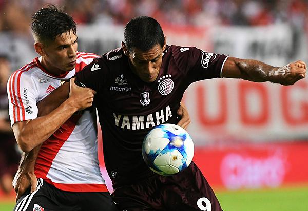 River y Lanús se enfrentan habitualmente en el fútbol argentino. (Foto: AFP)