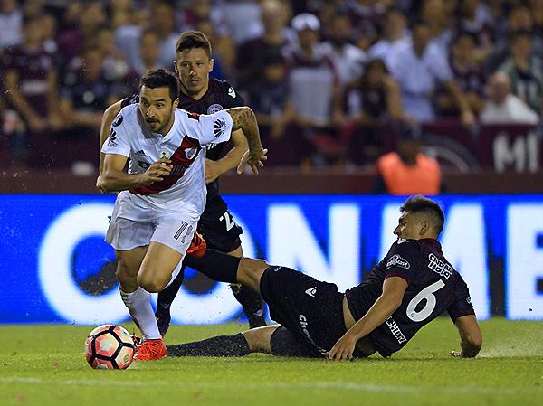 Ignacio Scocco supera a Diego Braghieri. Durante el primer tiempo, River Plate tenía el boleto a la final de la Libertadores. (Foto: AFP)