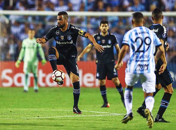 Gremio tuvo una salida muy sencilla desde el medio campo. (Foto: AFP)