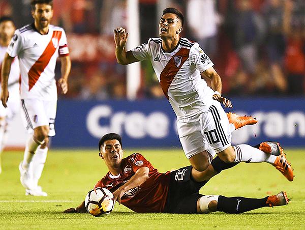 Francisco Silva se barre y evita el avance de Gonzalo Martínez. (Foto: AFP)