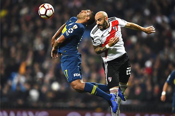 Javier Pinola volvió a tener un duelo constante con Ramón Ábila, aunque esta vez el zaguero pudo evitar las arremetidas de 'Wanchope'. (Foto: Conmebol)