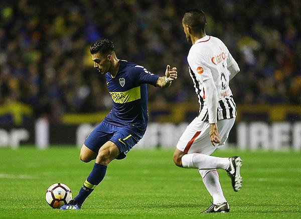 Cristian Pavón intenta el pase profundo ante la mirada de Salustiano Candia. (Foto: Prensa Boca Juniors)