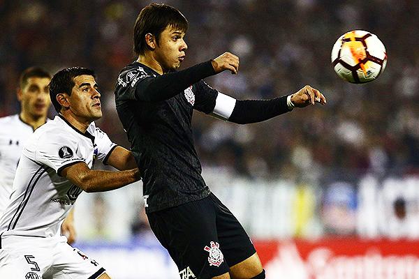 Romero cuida el balón ante la presión de Insaurralde. (Foto: Conmebol)