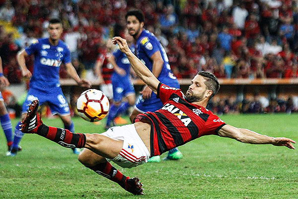 Diego no consigue definir. Flamengo cayó ante Cruzeiro. (Foto: O Día)