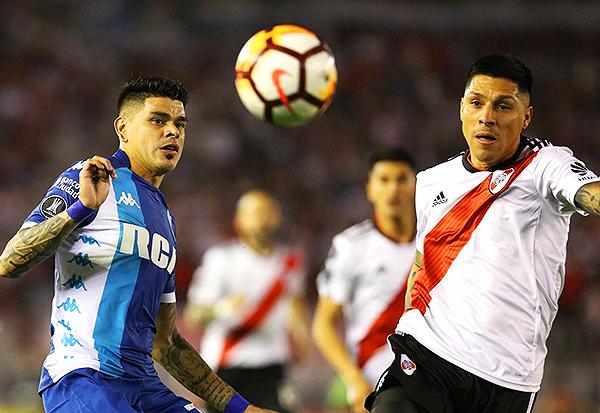 Gustavo Bou y Enzo Pérez se enfrentan por el balón en la mitad de cancha. (Foto: Prensa River Plate)
