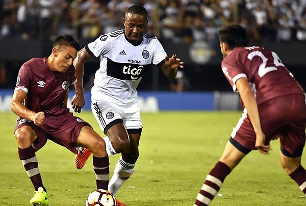 Montevideo Wanderers quedó eliminado a manos de Olimpia, pero cerró su participación con un singular homenaje vinotinto. (Foto: AFP)