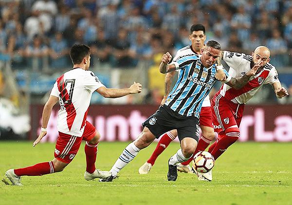 Jael, a diferencia de la ida, tuvo poco espacios para jugar frente a Javier Pinola. (Foto: Conmebol)