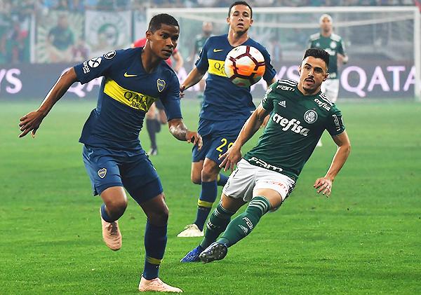 Emanuel Villa estuvo intratable por el costado derecho de Boca. Fue el mejor del cuadro xeneize. (Foto: AFP)