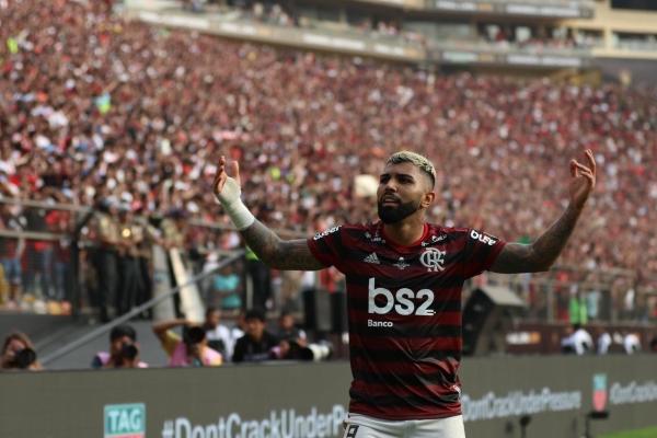 Barbosa y los brazos en alto en señal de esperanza: a los 89', su gol resucitó a Flamengo y todo el sector Sur del Monumental. (Foto: Pedro Monteverde / DeChalaca.com)