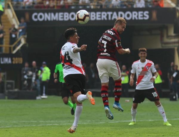 Enzo Pérez al salto con Everton Ribeiro, en uno de los tantos duelos aéreos de la tarde. (Foto: Pedro Monteverde / DeChalaca.com)