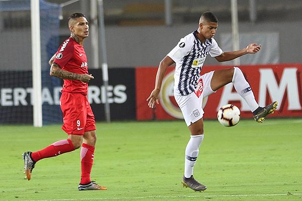 Guerrero apareció poco en el partido. Guidino intentó cubrir la banda izquierda. (Foto: Pedro Monteverde / DeChalaca.com)