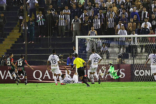 Tarifeño vence a Gallese. Palestino acabó ganando en Matute con total claridad. (Foto: Pedro Monteverde / DeChalaca.com)