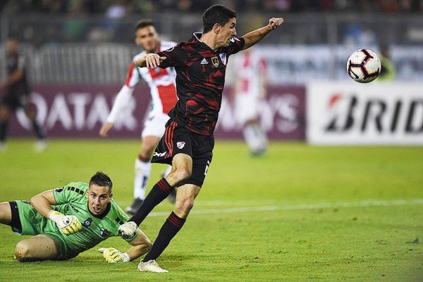 Ignacio Fernández se saca del camino a González. (Foto: Prensa River Plate)