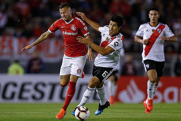 Nicolás López se enfrenta a Lollo. Internacional tuvo buenos ataques en el primer tiempo. (Foto: AFP)