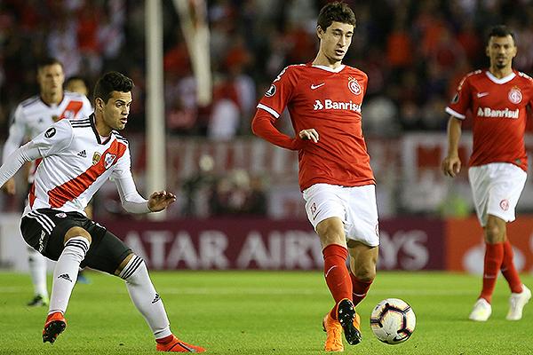 Ferreira intenta el pase profundo ante un Rodrigo Dourado que marca. (Foto: La Página Millonaria)