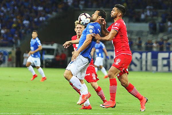 Fred protege el balón ante la marca de Alderete. (Foto: AFP)