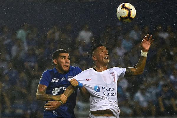 En medio de la lluvia, Lucas Barrios pelea el balón ante Leandro Vega. (Foto: AFP)