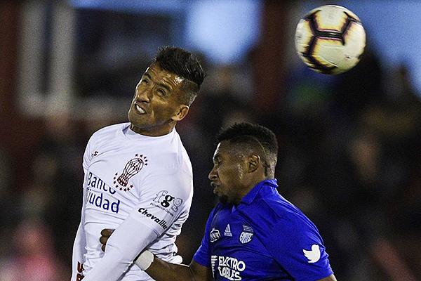 Barrios se impone en el juego aéreo a Jaime. (Foto: AFP)