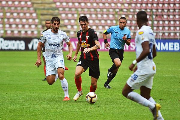 Di Renzo es marcador por Egídio. (Foto: AFP)