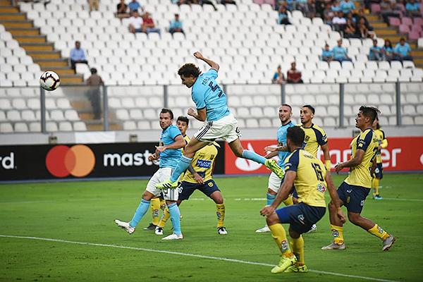Martínez y Voboril pierden la referencia de Merlo, quien sin marca alguna conecta de cabeza el segundo gol de Cristal. (Foto: Álex Melgarejo / DeChalaca.com)