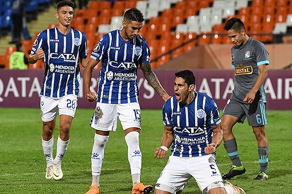 Diego Viera celebra el gol que abrió la cuenta a favor de Godoy Cruz. (Foto: AFP)