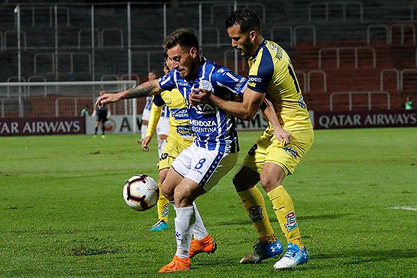 González protege el balón de Voboril. (Foto: Prensa Godoy Cruz)