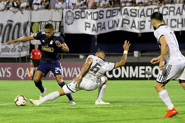 Pacheco se saca del camino a Ortiz para rematar de derecha. (Foto: Prensa Sporting Cristal)