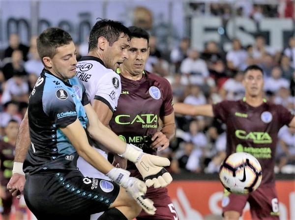 El liderazgo de Santa Cruz en este Olimpia es incuestionable. Acá disputa el balón con el golero Ramírez. (Foto: Prensa APF)