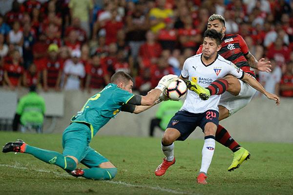 Adrian Gabbarini y Gabriel Barbosa se vieron en más de una ocasión. El arquero no pudo evitar la derrota. (Foto: Prensa Flamengo)