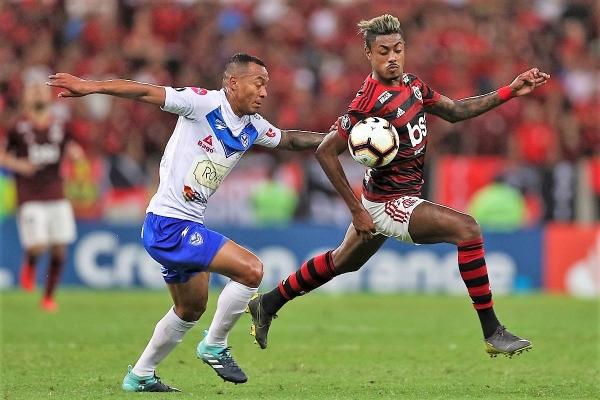 Bruno Henrique pudo haber estirado la cuenta en el inicio del segundo tiempo. (Foto: AFP)