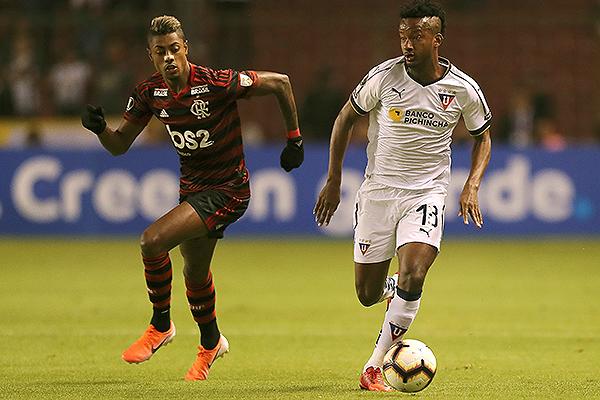 Orejuela protege el balón ante la presión de Éverton Ribeiro. (Foto: AFP)