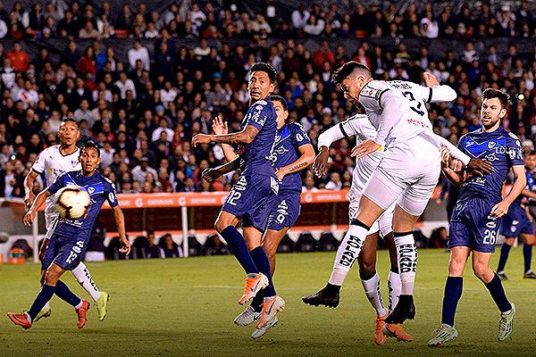 Rodríguez se eleva de cabeza ante una defensa débil de San José. (Foto: Prensa LDU)