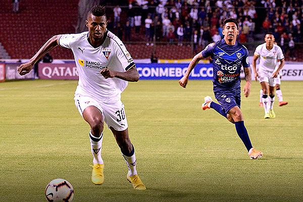 José Ayoví le gana en velocidad a Torrico. (Foto: Prensa LDU)