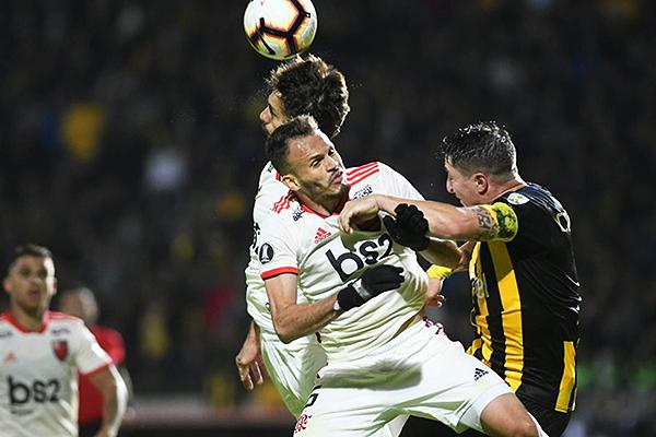 René se enfrenta al 'Cebolla' Rodríguez por arriba. (Foto: diario El Observador)