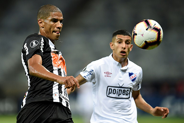 Leonardo Silva despeja el balón ante la mirada de Neves. (Foto: AFP)