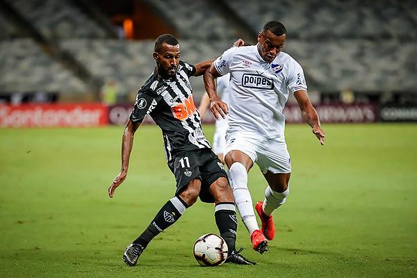 Maicon pelea el balón con Carvalho. (Foto: AFP)