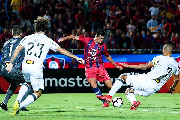 La barrida de Leonardo Silva y la presión de Victor no evitarán el gol del 'Topo' Cáceres. (Foto: Prensa APF)