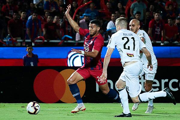 Fábio Santos y Adílson intentan evitar el avance de Aguilar. (Foto: Prensa APF)
